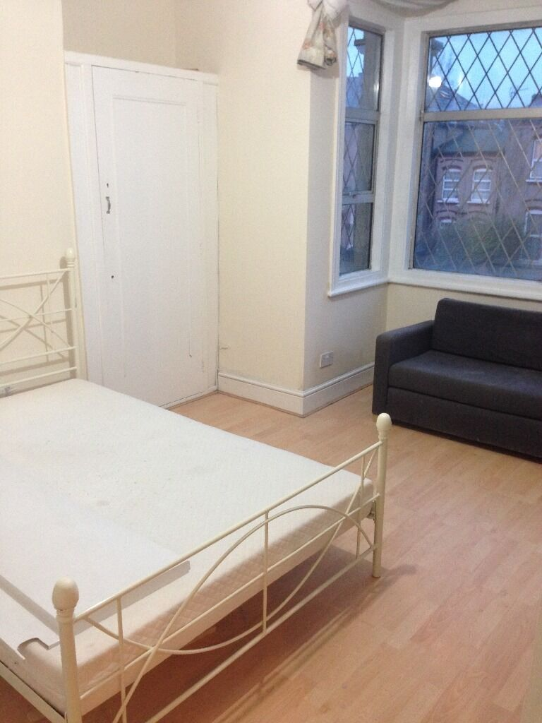 2 BED FLAT TO RENT IN SEVEN KINGS. NEWLY REFURBISHED. 5 MINS WALK TO SEVEN KINGS STATION.