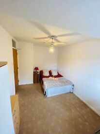 Double Room to rent in Mile End £750 P/M including bills, O % security deposit. Professional or DSS
