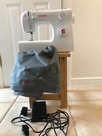 Singer sewing machine. Electric. Working order. Darning foot for free sewing.