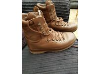 Mens Army Issue Alt Berg Leather Boots size 8