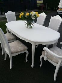 Gorgeous dining table and 6 chairs.