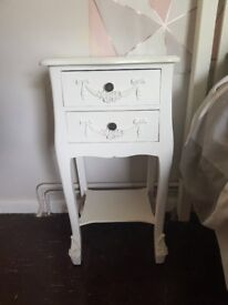 2 Bedside tables and matchin chest of draws