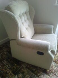 RECLINING ARM CHAIR IN GREAT CONDITION - HAS MANY POSITIONS, SEE PICTURES - DELIVERY ASSISTANCE POSS