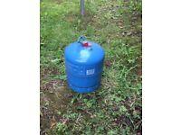 Full butane gas bottle 907 refillable. Sealed ready to go.