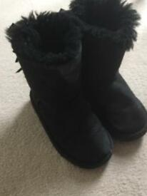 Child (girls) ugg boots - black size 9