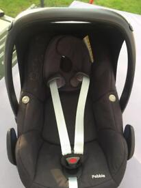 Maxi-Cosi Pebble Group 0+ baby car seat & FamilyFix base (with bonus baby change bag)