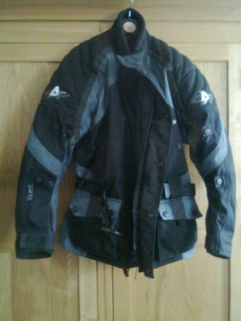 Motor bike jacket, Akito, size XS, excellent conditionin Dartford, KentGumtree - Motor bike jacket, Akito, size XS, excellent condition Outer shell, waterproof, Zipped in detachable thermal liner, Removable CE armour at elbows and shoulders, Adjustable velcro cuffs with integrated gusset, 2 extendable waterproof outer pockets,...