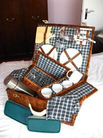 Luxury Picnic Hamper for 4 person (Ex Debenhams)