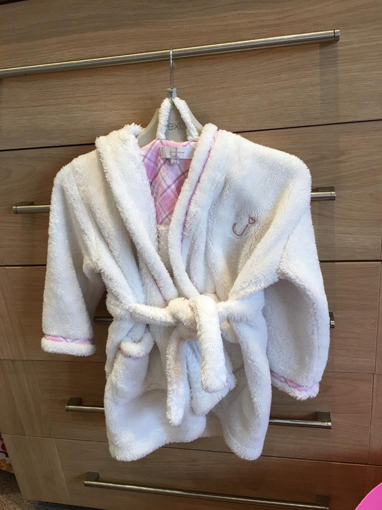 Jasper contain white dressing gown aged 2/3 years