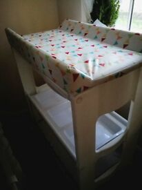 LADYBIRD BABY CHANGING TABLE COMPLETE VERY LITTLE USE INCORPORATING BABY BATH