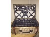 Large wicker picnic hampet