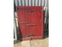 Bi-folding ledge and brace door