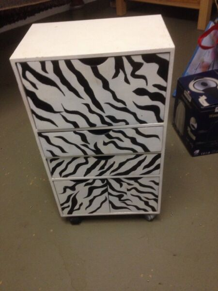 kleines zebra regal in k ln chorweiler ebay kleinanzeigen. Black Bedroom Furniture Sets. Home Design Ideas