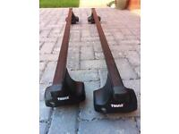 Thule lockable roof bars with fixing kit and key.