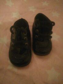 Black shiny baby kickers