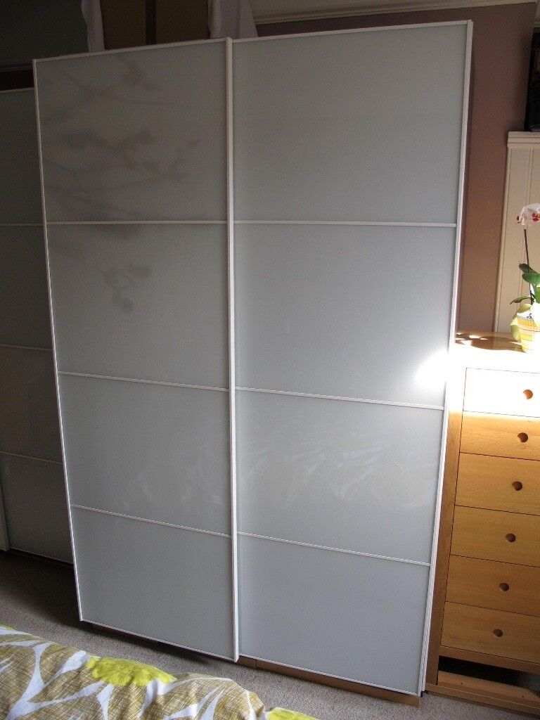 Ikea pax tonnes double wardrobe with white sliding doors for Ikea glass sliding doors