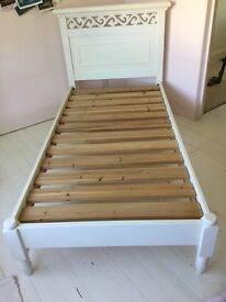 Lovely single bed, New England style in white, solid wood, high quality and in great condition
