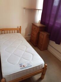 Single room to rent in tidy flat