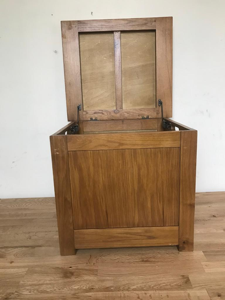 SMALL OAK STORAGE CHEST WITH SPRUNG HINGES