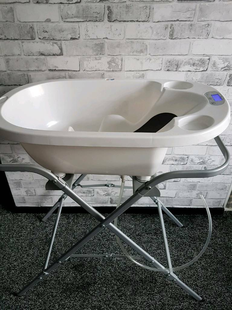 Digital White Baby Bathtub With Stand And 2 Free Towels
