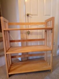 Sturdy freestanding foldable wooden bookself unit