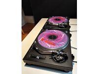 A clean pair of Technics 1210's MK2 & Pioneer DJM-500 Mixer