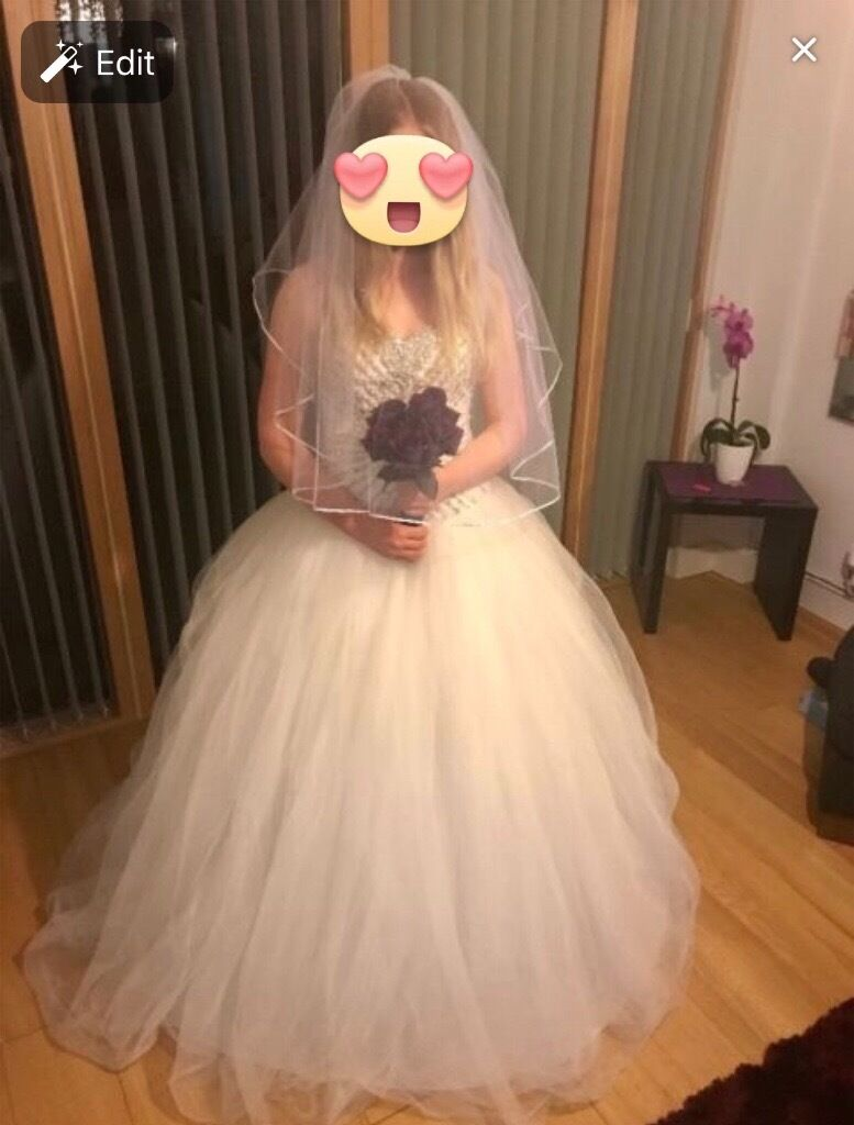 Wedding dressin Leicester, LeicestershireGumtree - Cheap selling wedding dress. Dress is clean and no marks as you can see. Dress size could be 10 12 14 16 because on the back is corset so you can make it smaller o biger. I payed for that dress 1300£ but want to get back some money so selling for...