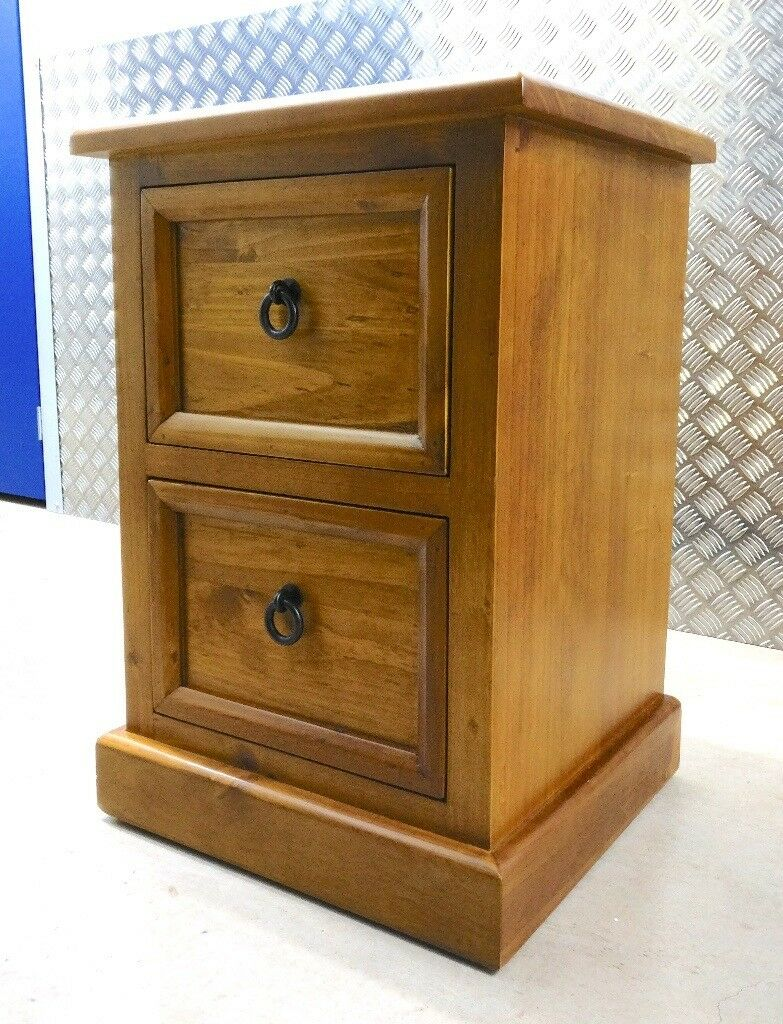 Beautiful pair of solid oak bedside table/cabinet/drawers from New Zealand.