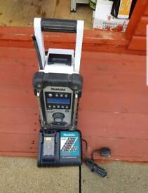 MAKITA DAB RADIO WITH BATTERY AND CHARGER