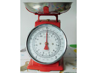 Mechanical kitchen scales 0-5 kilo, red