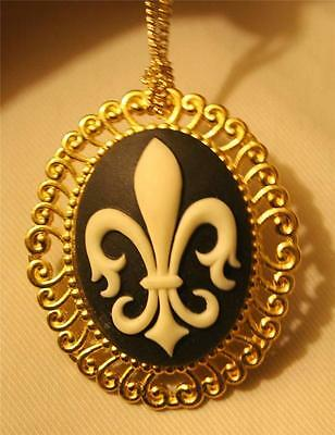 (Swirl Rimmed Navy Blue and White Fleur de Lis Cameo Goldtone Necklace Brooch)