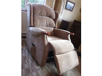 Celebrity Westbury Electric Riser/ Recliner Armchair. Attractive Fabric. Excellent condition.