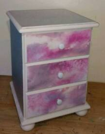3 DRAWER BEDSIDE COVERED IN SILVER & PINK/PURPLE GLITTER DESIGN – W45 X D44 X H62CM - £14
