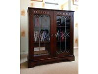 SOLID DARK WOOD 3 SHELF BOOKCASE - GLASS DOORS WITH LEADED EFFECT PATTERNED DOORS