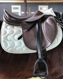 """Tekna 18.5"""" close contact Jump saddle, measures 8"""" D ring- D Ring"""