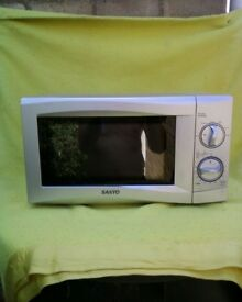 Sanyo 700w variable power microwave oven in VGC model EM-S105AW