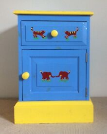 Kid's Bedside Table Repainted / Project