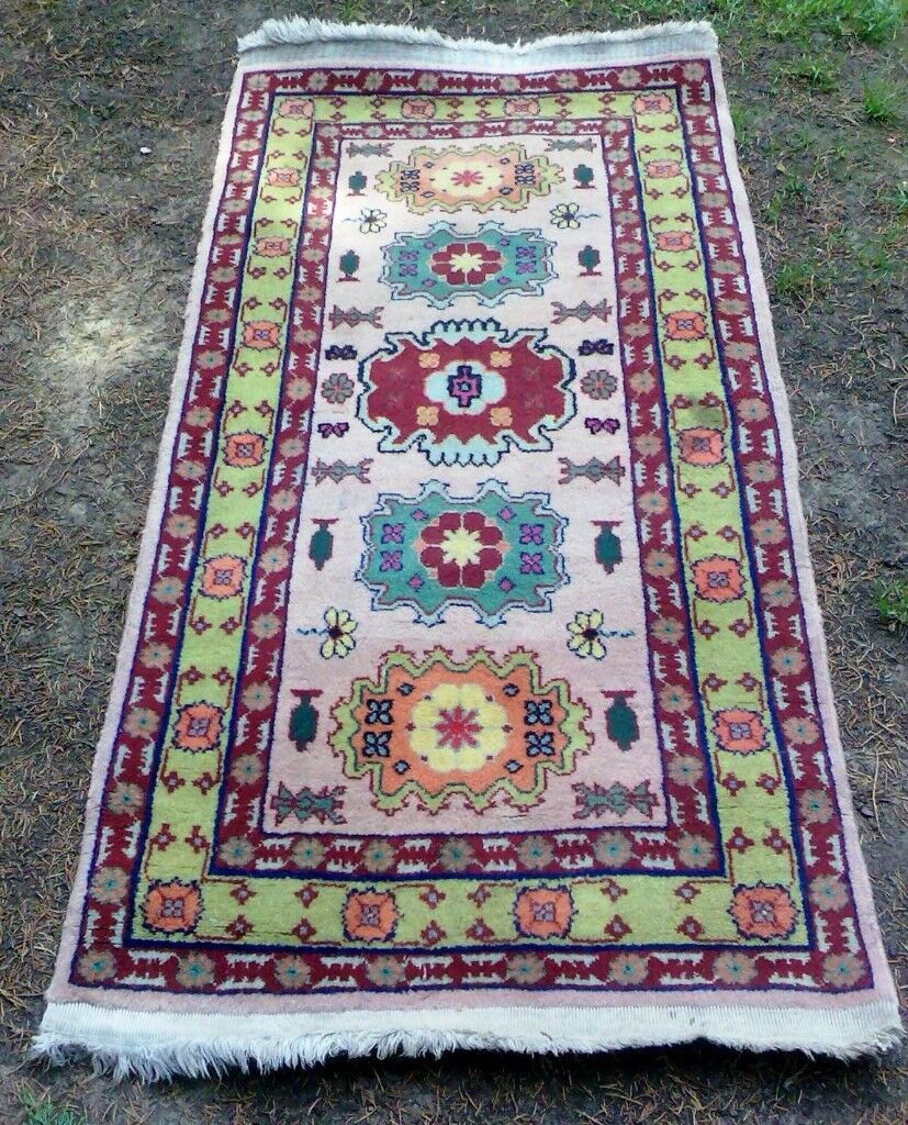 A VINTAGE, HAND WOVEN PERSIAN RUG.