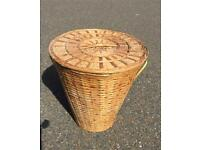 Linen washing basket with lid