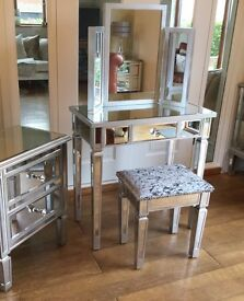 NEW STUNNING MIRRORED DRESSING TABLE SET. CRUSHED VELVET STOOL.MAY DELIVER.