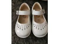 Clarks white baby yarn jump patent shoe size 4G