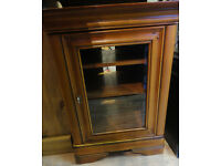A NICE WALNUT MEDIA UNIT WITH GLASS FRONT DOOR