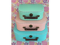 PASTEL SET OF RETRO LOOKING SUITCASES CUTE STORAGE WEDDING DÉCOR CHILDS ROOM DECORATION