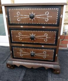 GORGEOUS CHEST DRAWERS WITH MOTHER PEARL INLAY.