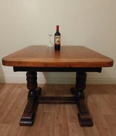 Oak extendable dining table, seats 4 - 8 people, very good condition, solid oak turned legs
