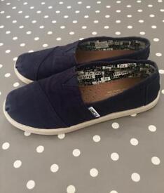 Boys Toms Navy size UK3 (Y4)