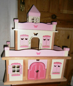 Dolls house/Castle With furniture,People and Pets