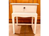 STUNNING PAIR OF STAG MINSTREL BEDSIDE TABLES CHALK WHITE £95 BARGAIN