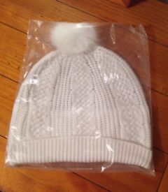 New with tags Women's Cream Knit Bobble Hat