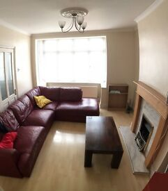 LARGE DOUBLE ROOM for single or couple close to Collierswood station